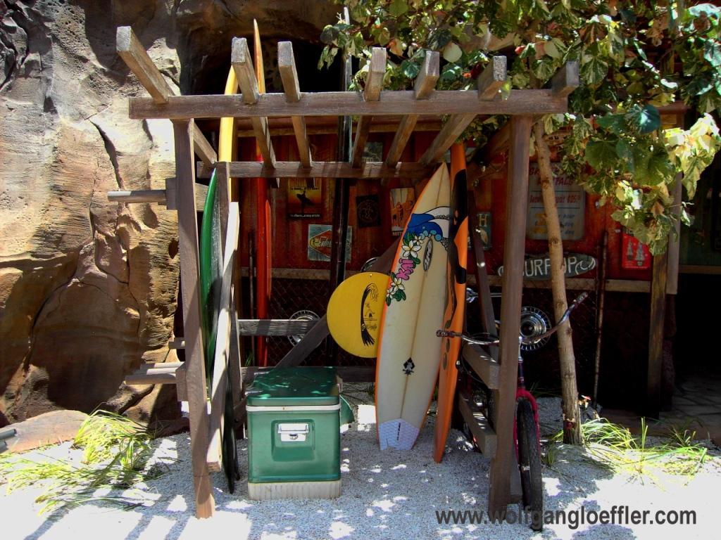 Ein Holzgestell mit Surfbretten am Strand