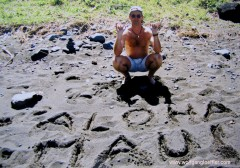 Schwarzer Lavastrand auf Maui mit Aloha Inschrift
