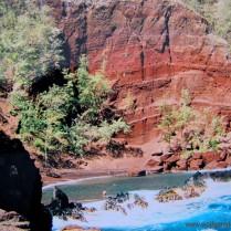 Ein roter Strand vor roter Felswand