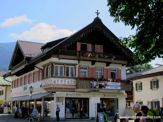 Ein typisch bayrisches Haus mit Erker und Balkon