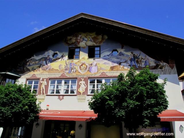 Die bunt bemalte Fassade eines typisch bayrischen Hauses