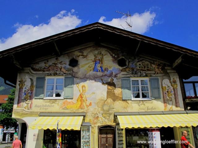 Ein mit religiösen Motiven bemaltes Haus in Garmisch