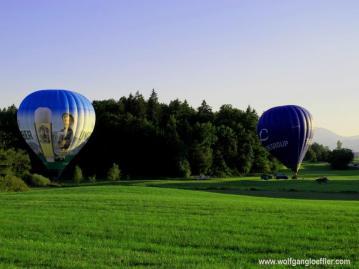 Zwei Heißluftballons auf einer Weise kurz vor dem Start