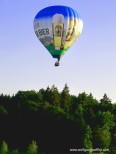 Ballon über Wald