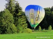 Ein Heißluftballon auf einer Wiese kurz vor dem Start