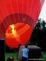 Ein Heißluftballon wird mit Gas startklar gemacht