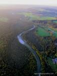 Luftaufnahme der Isar umgeben von Wald