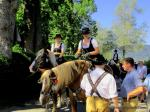 Zwei Frauen im Dirndl auf Pferden