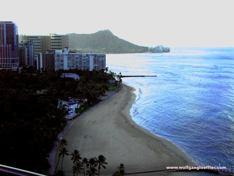 Blick aus einem erhöhten Fenster über den Waikiki Beach zum Diamond Head Krater