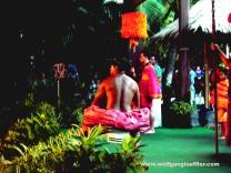 Männer in hawaiianischen Gewändern eröffnen ein Luau