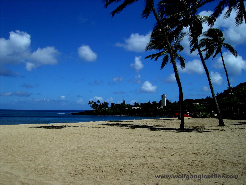 Ein einsamer, weißer Strand am North Shore von Oahu