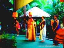 Menschen in traditionellen hawaiianischen Gewändern bei einem Luau