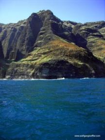 blaues Meer mit Klippen