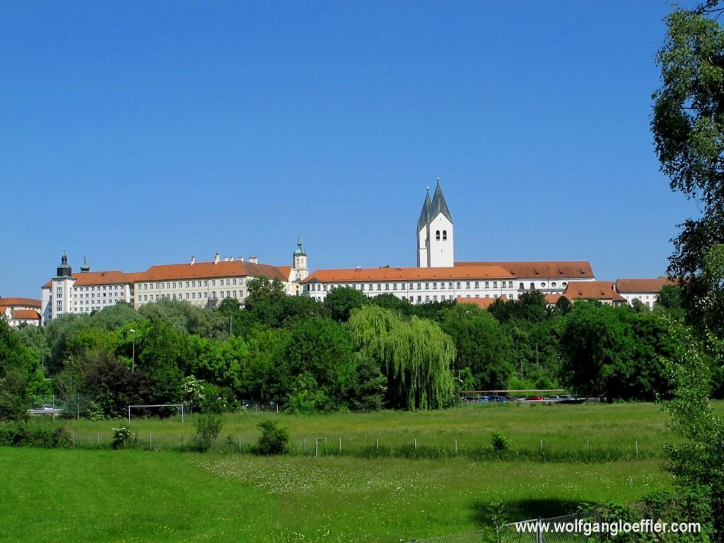 Blick über eine Wiese auf den Klosterberg in Freising