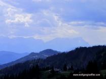 Blick über Berge mit der Zugspitze im Dunst