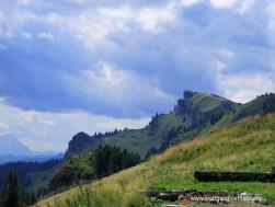 Blick vom Brauneck auf den Gipfel des Latschenkopfs