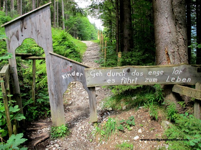 Niedriges Tor als Zugang zum Besinnungsweg