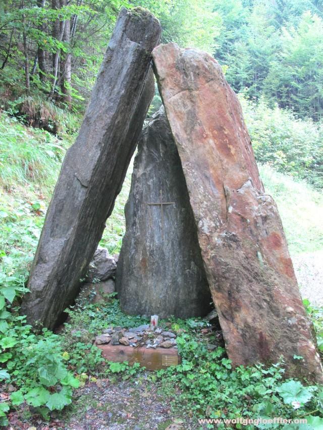 Kapelle aus Felsplatten am Besinnungsweg