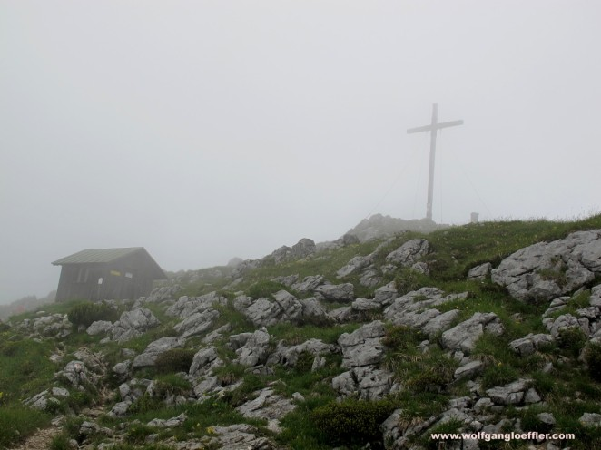 Das Gipfelkreuz der Benediktenwand im Nebel