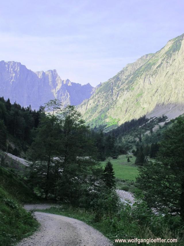 Tal umgeben von hohen Felswänden