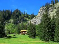 070-almhuette-vor-felswand