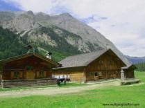 Almhütten mit Blick auf den Berg