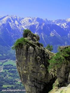 felsspitze vor bergen