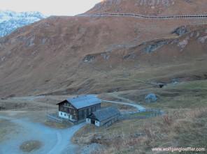 021-blick auf berghütte mit straße im hintergrund