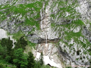 099-wasserfall am Waxenstein mit schneefeld