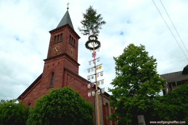 002-Gissigheim kirche und Maibaum