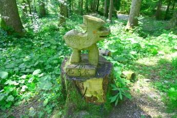 Schnitzerei im Wald